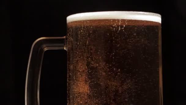 pivo je nalito do sklenice