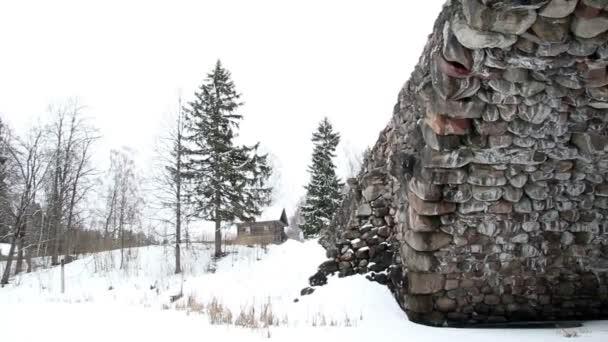 Historische Feldsteinbrücke über ein Flussbett