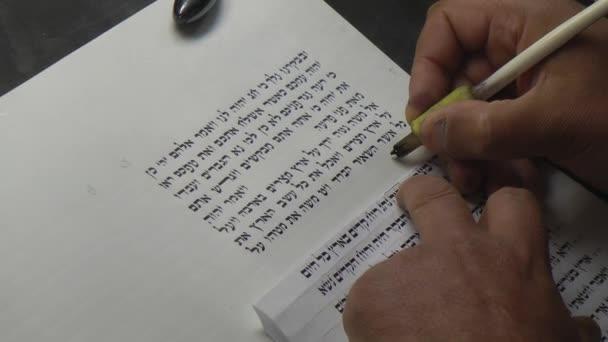 Izrael, a Masada. Scribe írja ókori héber szöveg.