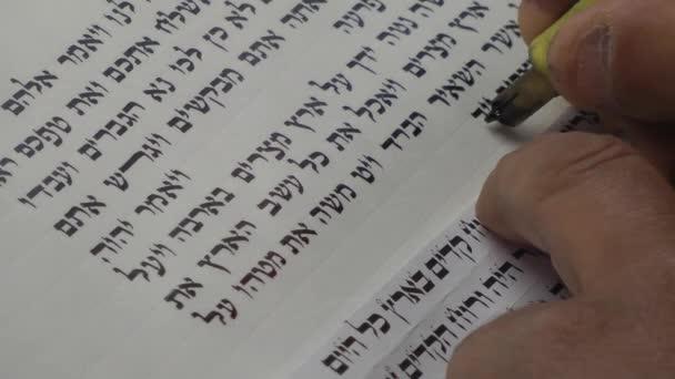 Izrael, a Masada. Scribe írja ókori héber szöveg
