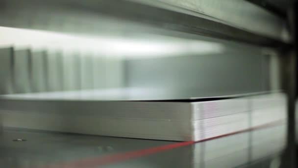Statický snímek řezačku papíru na tiskařský stroj