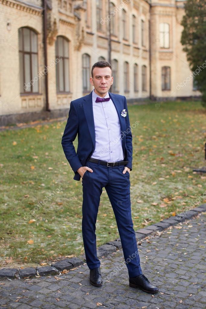 Pan m ody niebieski garnitur i muszka pozowanie na zdj ciu zdj cie stockowe - Blauer anzug mit fliege ...