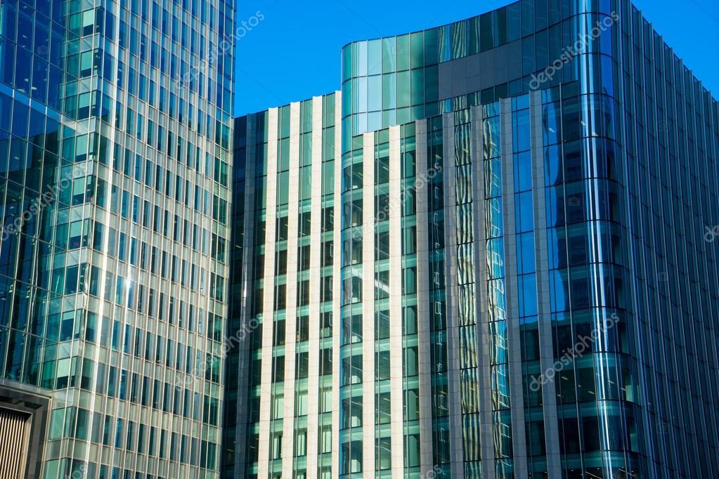 Immeuble de bureaux et de la réflexion à l arrière plan de londres