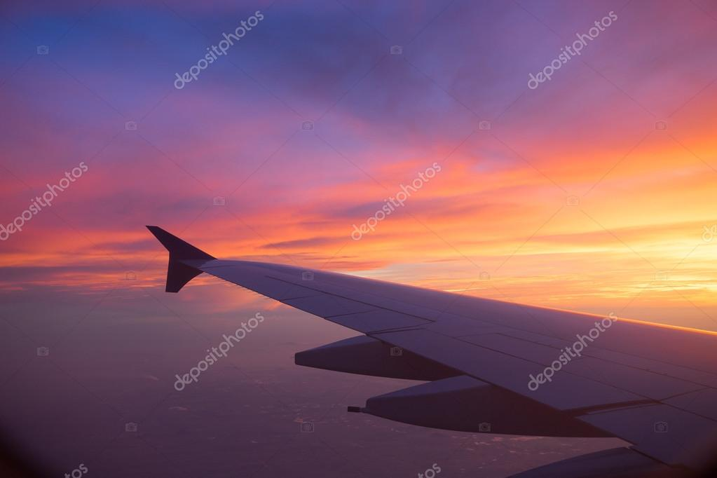 Sonnenuntergang Himmel aus dem Flugzeugfenster — Stockfoto ...