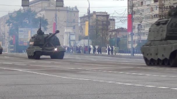 2s19m2 Msta-S Sph selbstfahrende 152 mm Haubitzen bewegen sich in Motorcade auf Twerskaja Zastava Platz während der Nacht Probe der Parade zum Tag des Sieges am 5. Mai 2014 in Moskau gewidmet.
