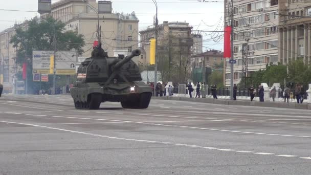 2S19M2 Msta-S SPH self-propelled 152 mm howitzers move in motorcade on Tverskaya Zastava square during night rehearsal of parade devoted to Victory Day on May 5, 2014 in Moscow.