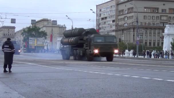 Tel für S-400 Triumf (Sa-21 Growler) Raketensysteme bewegen sich in Motorcade auf Twerkaya Zastava Platz während der Nacht Probe der Parade gewidmet Tag des 5. Mai 2014 in Moskau.