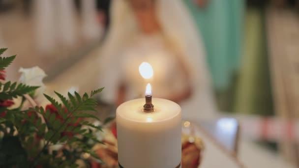 Hochzeitszeremonie. Braut steht in der Kirche