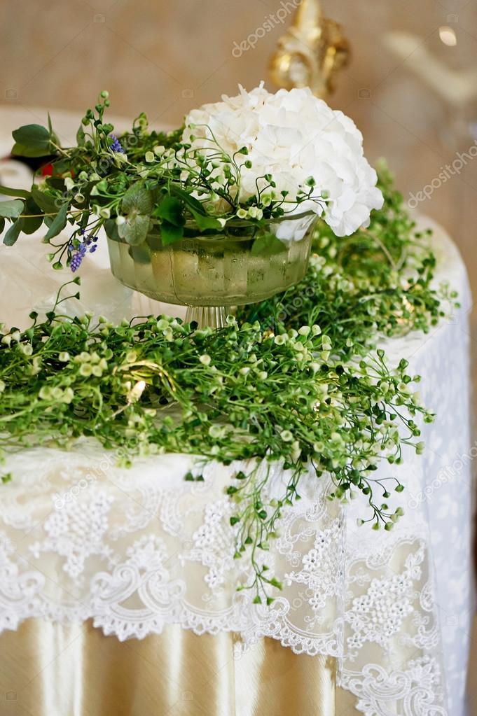 072901fca0 Esküvői asztaldísz, fehér Hortenzia, csipke terítő és göndör zöldek — Fotó  szerzőtől ...