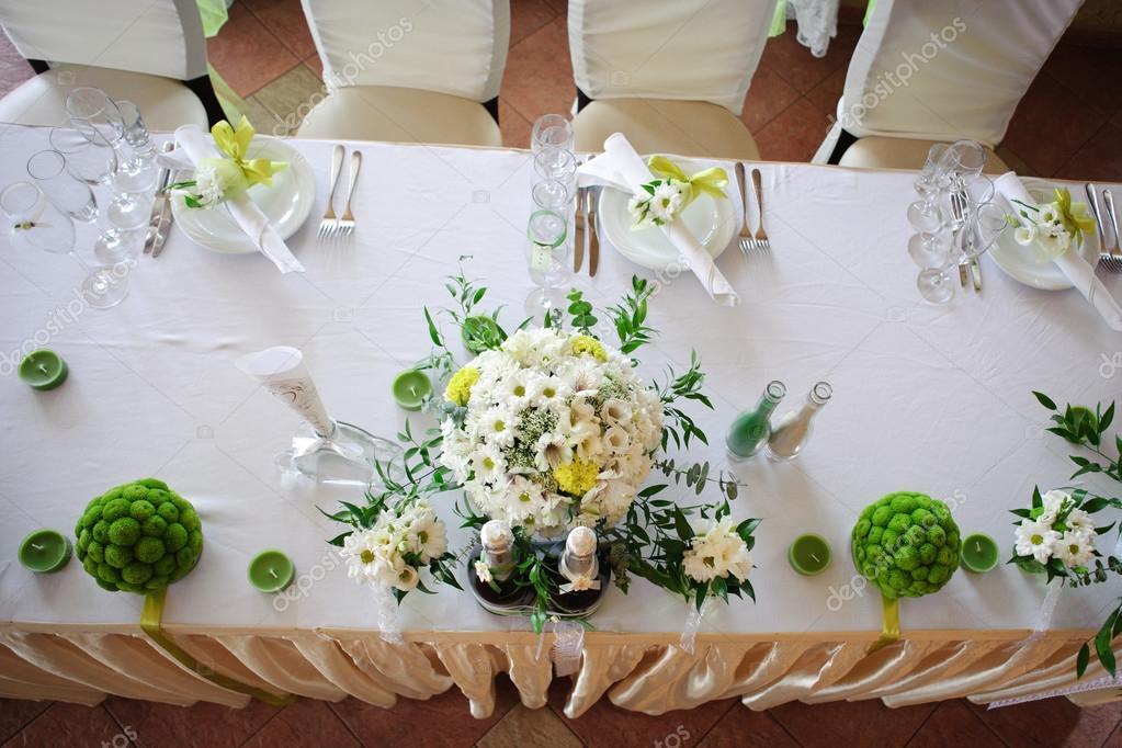Bruiloft tafeldecoratie in witte en groene kleuren for Tafeldecoratie bruiloft