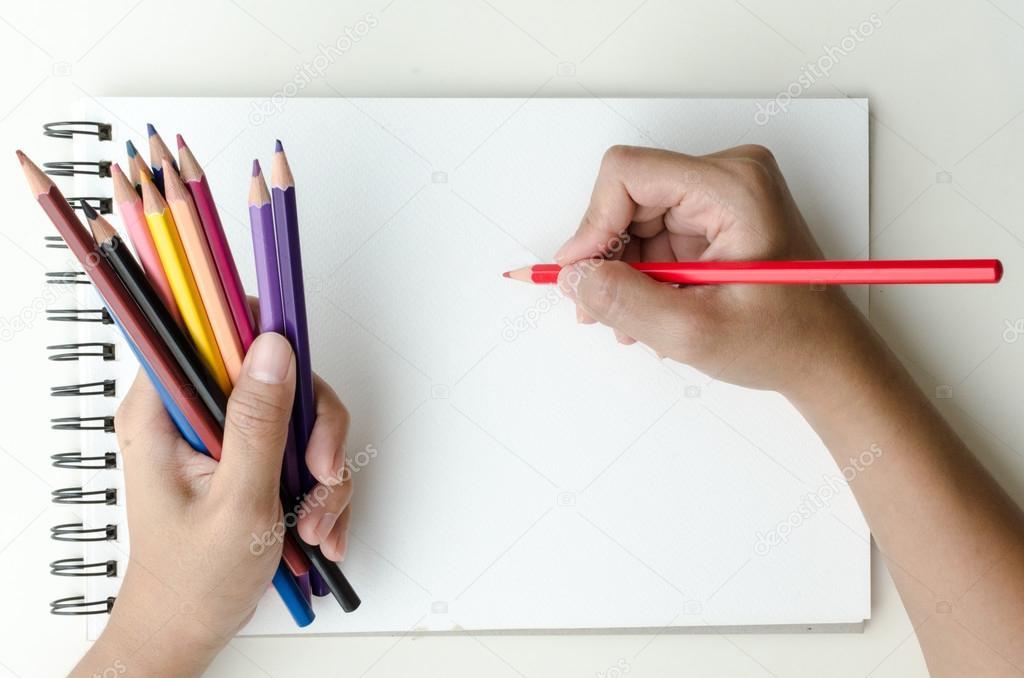Hombre con lápices de colores y dibujo — Foto de stock © ajruengwit ...