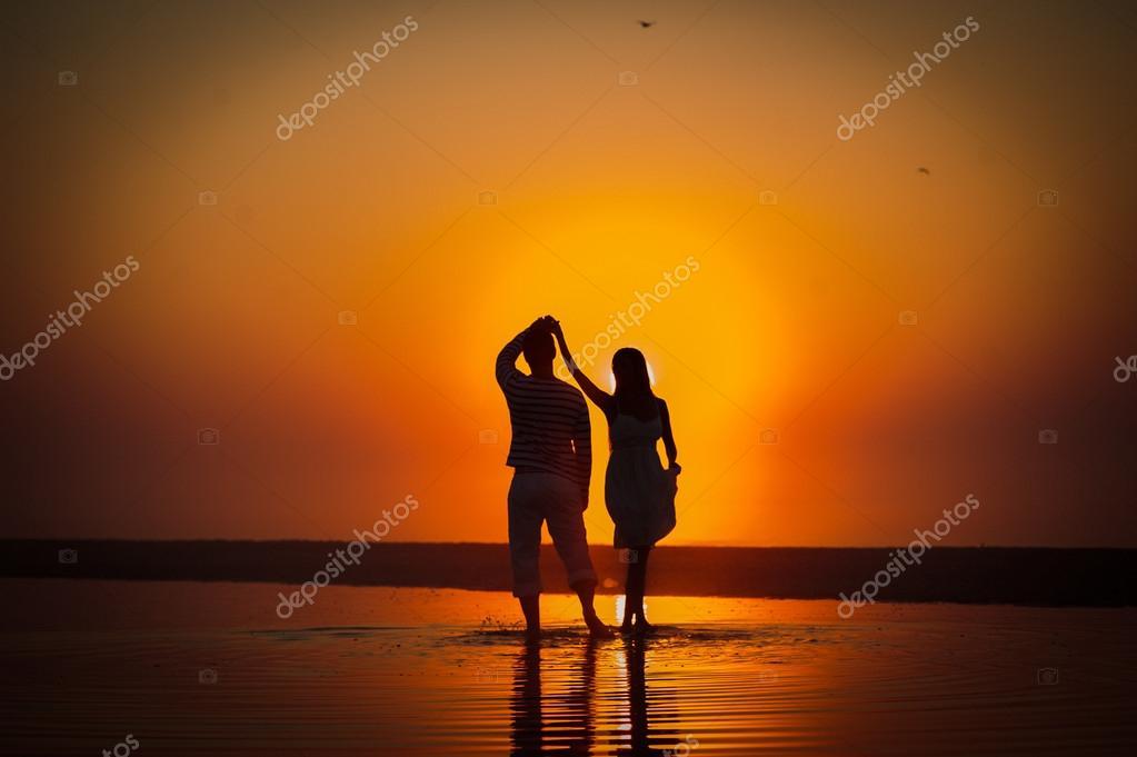 La Imagen De Dos Personas Enamoradas Al Atardecer Fotos De Stock
