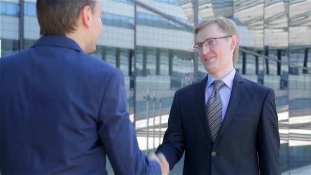 dva podnikatelé splnit a potřást rukou