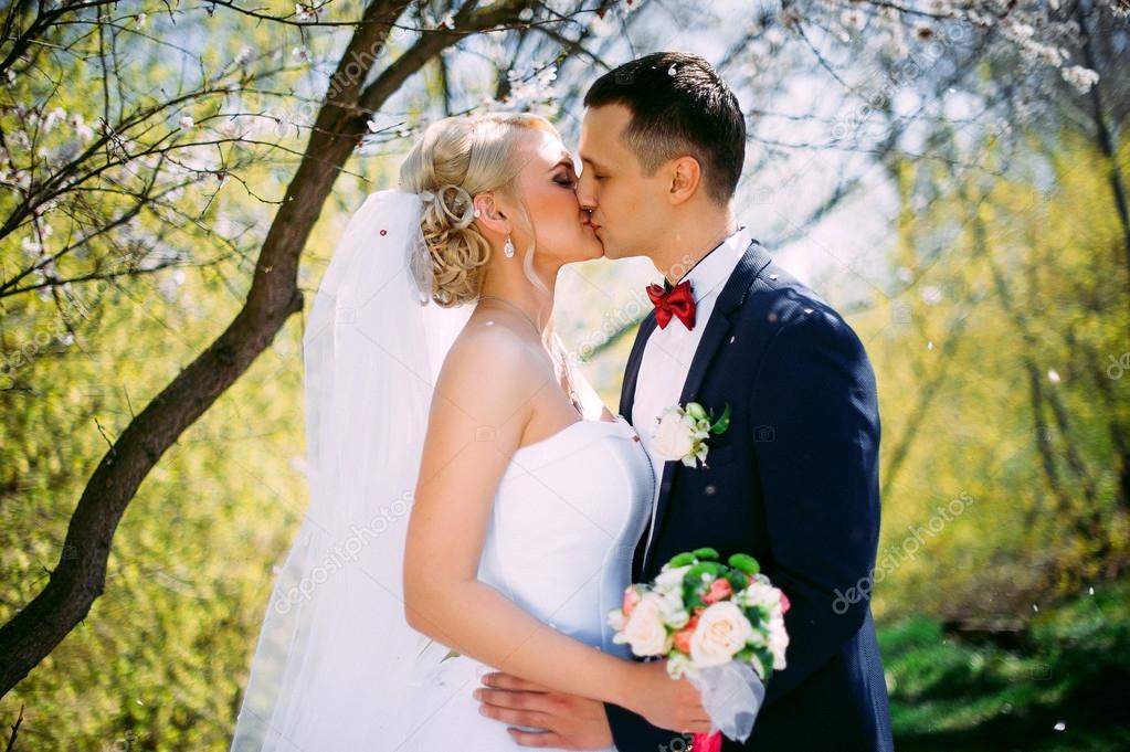 Hochzeitspaar Im Fruhling Natur Close Up Portrait Zu Kussen Kissi