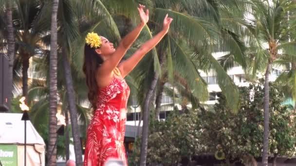 Hula táncosnő előadásokon waikiki beach