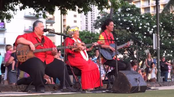 Band tritt für eine Hula-Show auf