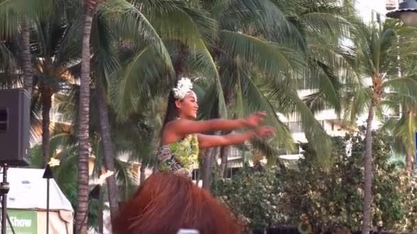 Hula-Tänzerin tritt am Strand von Waikiki auf