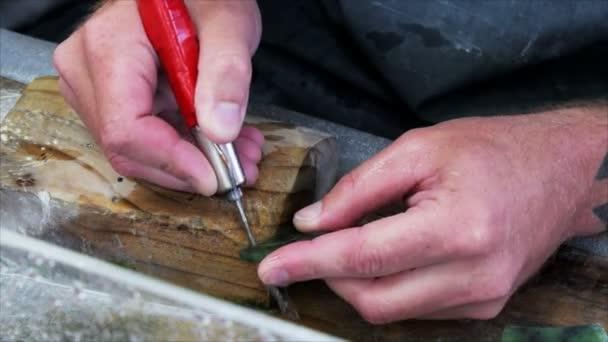Hokitika, Új-Zéland - február 20 2014: egy ember carves egy darab jade gyár: hokitika, Új-Zéland