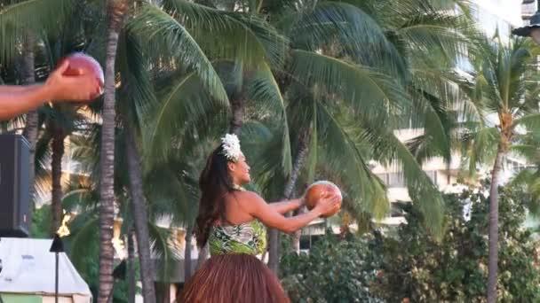 Hula-Tänzer treten am Strand von Waikiki auf