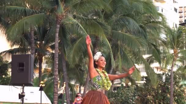 als Hula-Tänzerin erklingt in Waikiki Strand