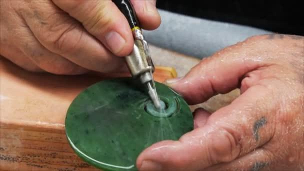 Hokitika, Új-Zéland - február 20 2014: a kézműves carves egy darab jade gyár: hokitika, Új-Zéland