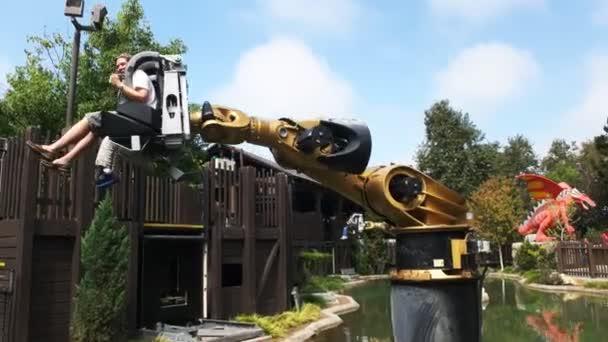Carlsbad, Kalifornie, Usa - 24. srpna 2015: Návštěvníci těšit prudkém z watertowwer v legoland Kalifornie, zábavní park a park miniatur