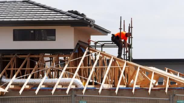 pracovník odebere lešení ze střechy