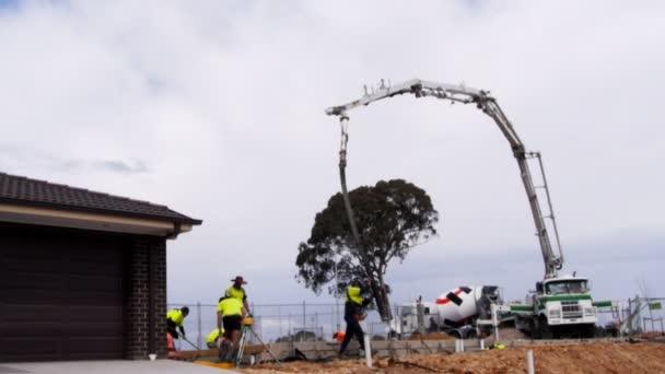 pracovník rozvážejícím čerpadla betonu