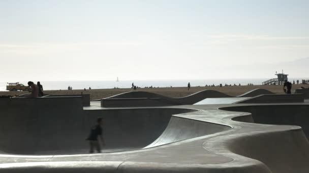 Los Angeles, California, Usa - 2015. augusztus 25.: A velencei skate park a naplemente, a venice beach, los angeles, Kalifornia