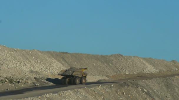 dump truck nese náklad rudy