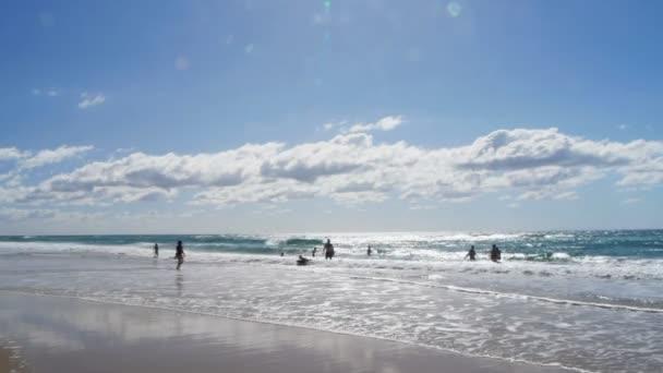 Surfers Paradise, Ausztrália - április, 24, 2013: egy serpenyőben a fő strand szörfösök paradicsoma a gold Coast, Queensland, Ausztrália