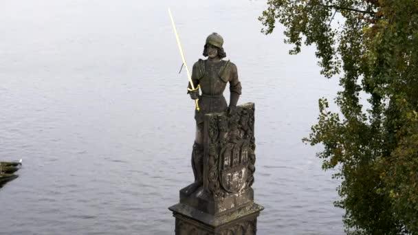 kamenná socha rytíře u Karlova mostu v Praze