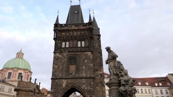 zblízka staré městské věže na Karlově mostě v Praze