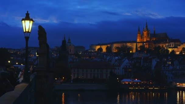 noční pohled na historický Karlův most a řeku Vltavu v Praze