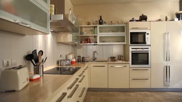 vnitřní pohled elegantní moderní kuchyně. žádní lidé
