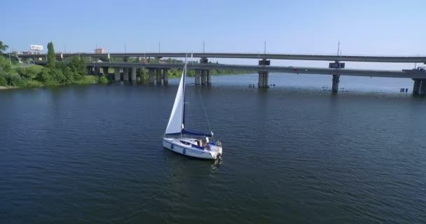 Bílé jachtě plující na řece
