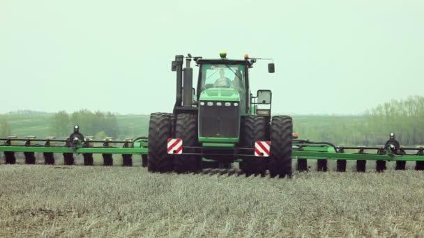 Setí kukuřice s použitím současné zemědělské stroje
