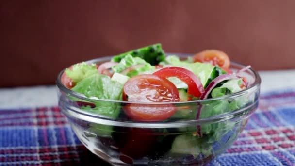 Salát s čerstvým okurky, rajčata, cibule a hlávkový salát