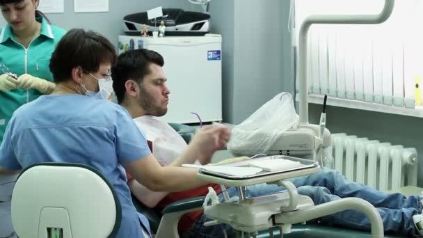 Léčba zubního kazu. Muž navštíví zubař