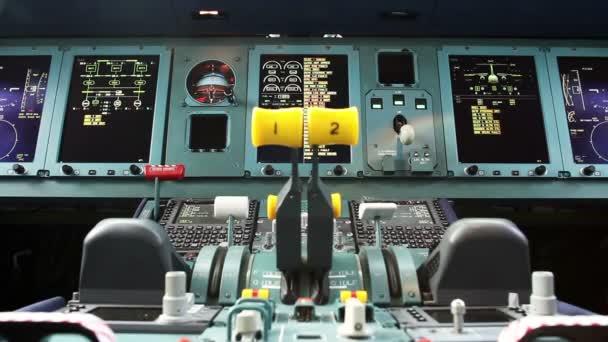 Flugzeugbau. Blick ins Cockpit eines Passagierflugzeugs.