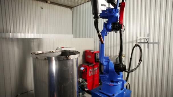 Herstellung von Metall-Saunaöfen. Der Roboter ist das Schweißen von ...
