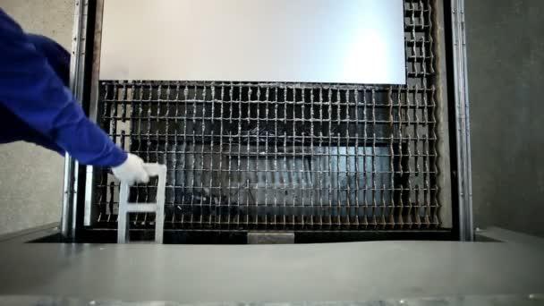 Výroba kovových saunová kamna. Vykládka z plechu z laserem