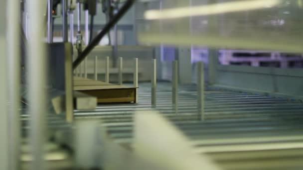 Výroba nábytku. Nábytek díly jsou dodávány na automatické balicí linky