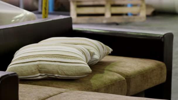 Kontrola kvality na pohovce ve výrobě nábytku