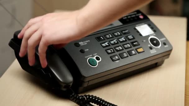 Nahaufnahme der Hände eines Mannes, der telefoniert.