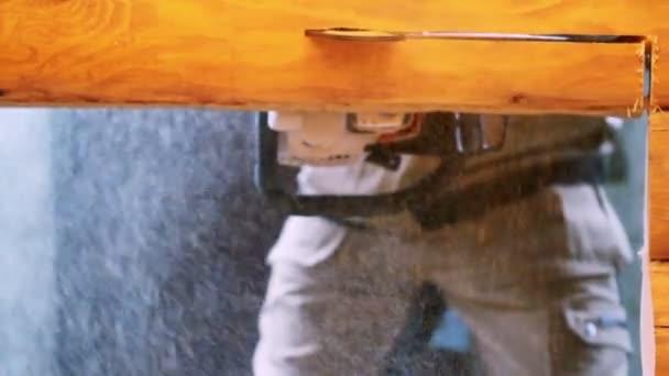 Installazione di una stufa a legna. Lavoratore che fa un buco nell ...