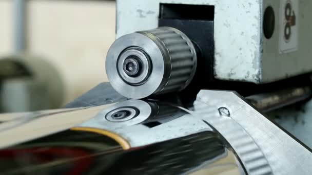 Moulding machine corrugating the element of metal pipe from sheet metal