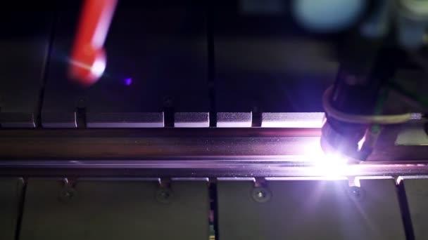 Výroba kovových kouřovodů a větracích systémů. Laserové svařování kloubu