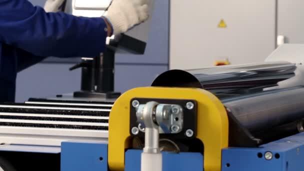 Výroba kovových kouřovodů. Formovací stroj dává formulář na plech
