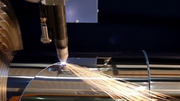 Výroba kovových kouřovodů a větrací systémy. Laserem stroj kovové potrubí